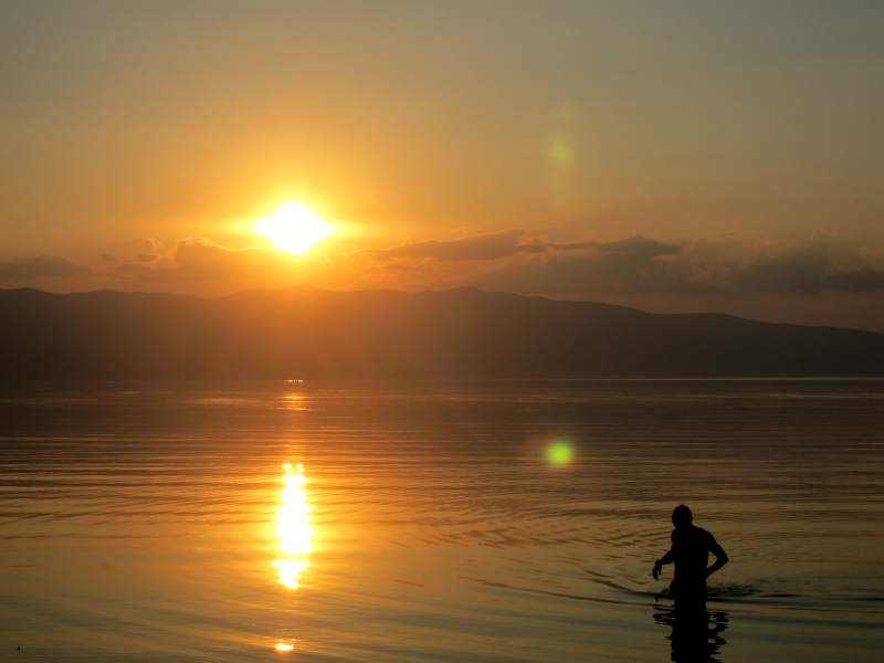Peter am einsamen Lake Ohrid in Mazedonien. Am Abend.